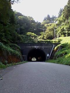 山の中のトンネル