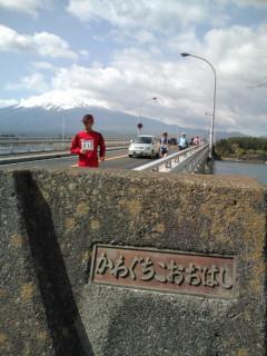 河口湖大橋通過