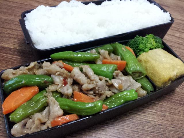 豚肉とシシトウのチリソース醤油麹炒め